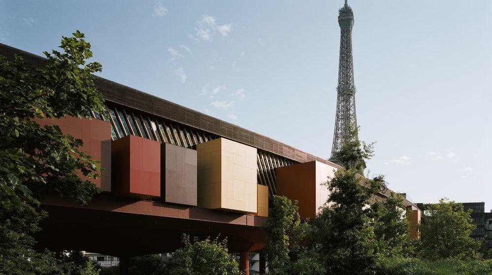 Musee-du-quai-branly-exterieur-tour-eiffel