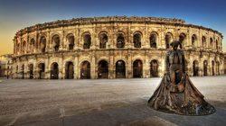 Arènes de Nîmes : Vue extérieure panoramique  et statue du Torero