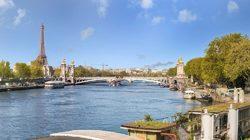 Croisière-promenade sur la Seine, vue panoramique avec l'Assemblée Nationale et la Tour Eiffel