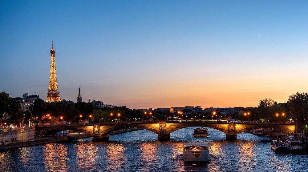 Croisière-promenade sur la Seine de nuit avec la Tour Eiffel illuminée