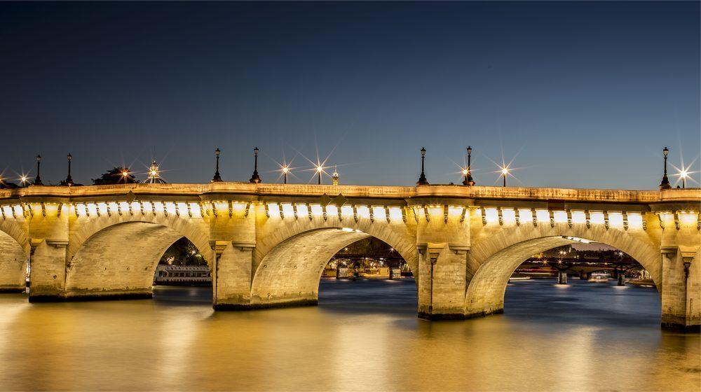 Croisière-promenade sur la Seine de nuit avec le Pont Neuf illuminé