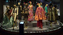 Musée Yves Saint Laurent Paris : podium Exotismes © Musée Yves Saint Laurent Paris / Luc Castel