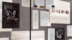 Musée Yves Saint Laurent Paris : vitrine de croquis © Musée Yves Saint Laurent Paris / Luc Castel