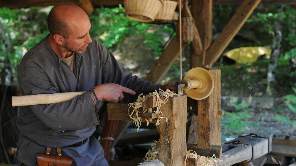 Le tourneur sur bois à Guédelon